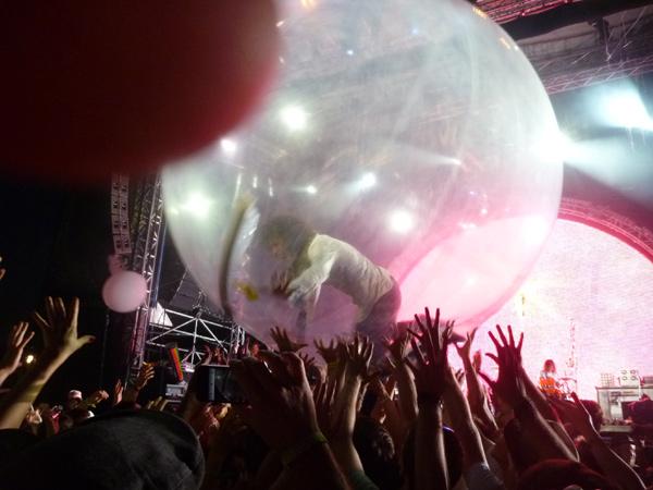 Flaming Lips: Wayne Coine begibt sich in die Kugel. Greenville 2012